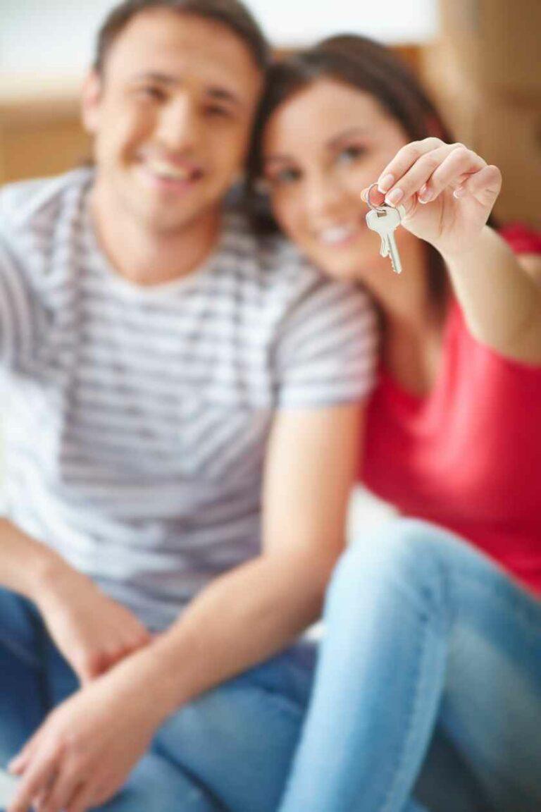 młoda para pozuje z kluczami do domu
