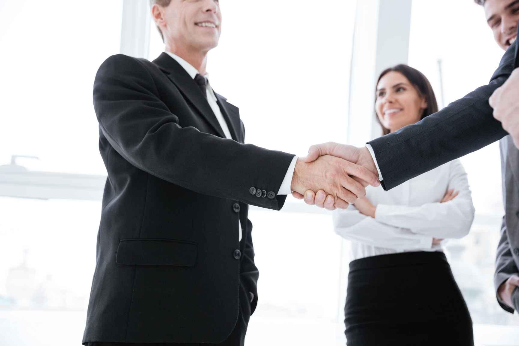 uścisk dłoni i zawarcie umowy